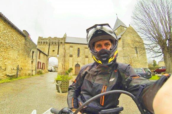 Cédric le guide moto Trail devant le château d'Aubigné sur Layon en Maine et Loire